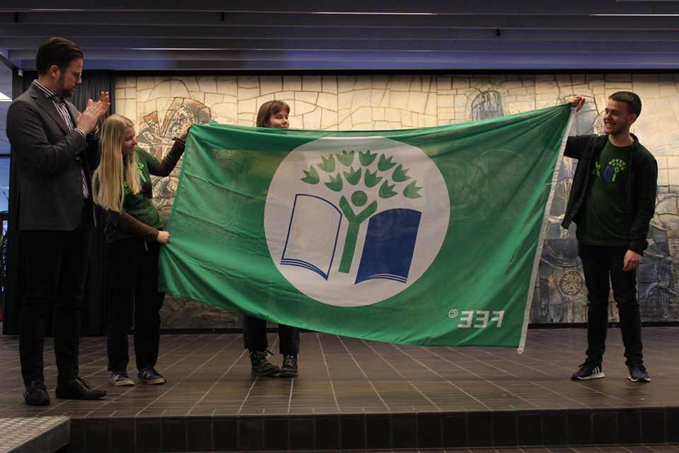 Borgmester Peter  Rahbæk Juel overrækker grønt flag